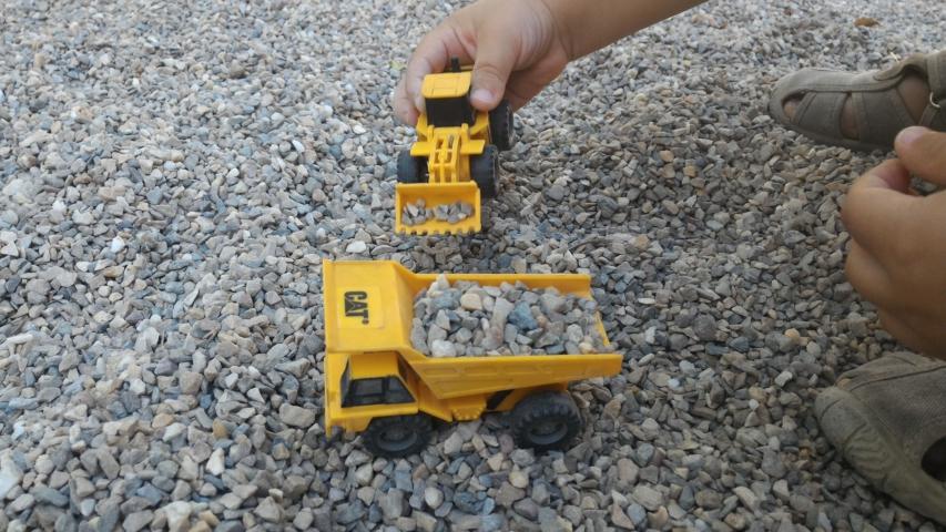 Camiones pequeños de obra en el parque